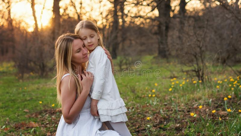 Gelukkige familiegangen in de de lenteweide royalty-vrije stock foto's