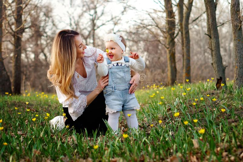 Gelukkige familiegangen in de de lenteweide stock foto