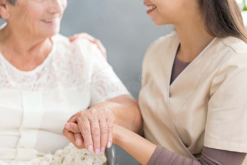 Gelukkige familielid en grootmoeder royalty-vrije stock fotografie