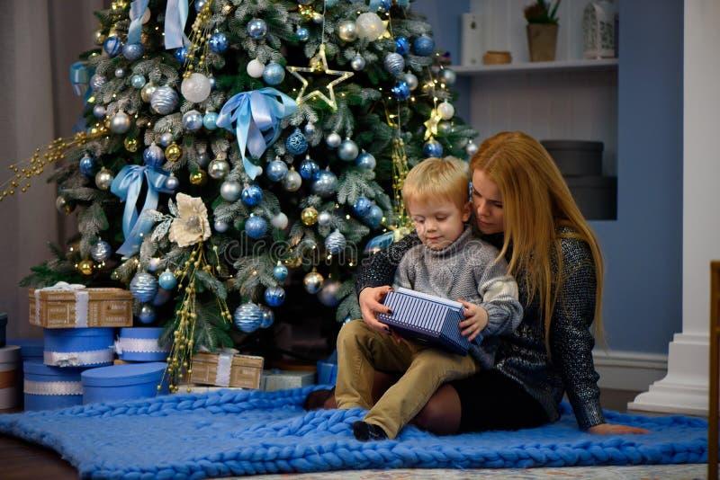 Gelukkige familiemoeder en baby weinig zoons speelhuis op Kerstmisvakantie Nieuwjaar` s vakantie royalty-vrije stock foto