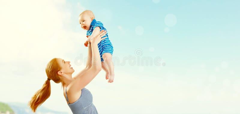 Gelukkige familiemoeder en babyzoon die en pret in summe spelen hebben royalty-vrije stock fotografie