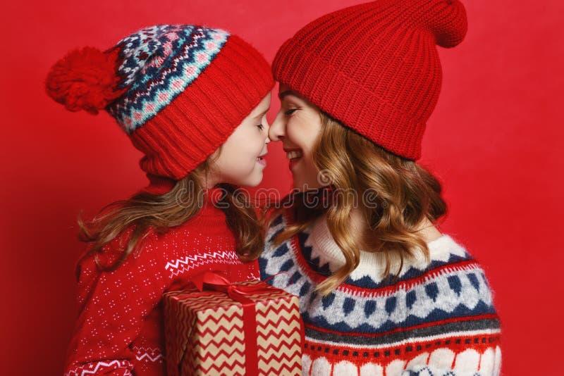 Gelukkige familiemoeder en kinddochter met Kerstmisgiften op r stock foto