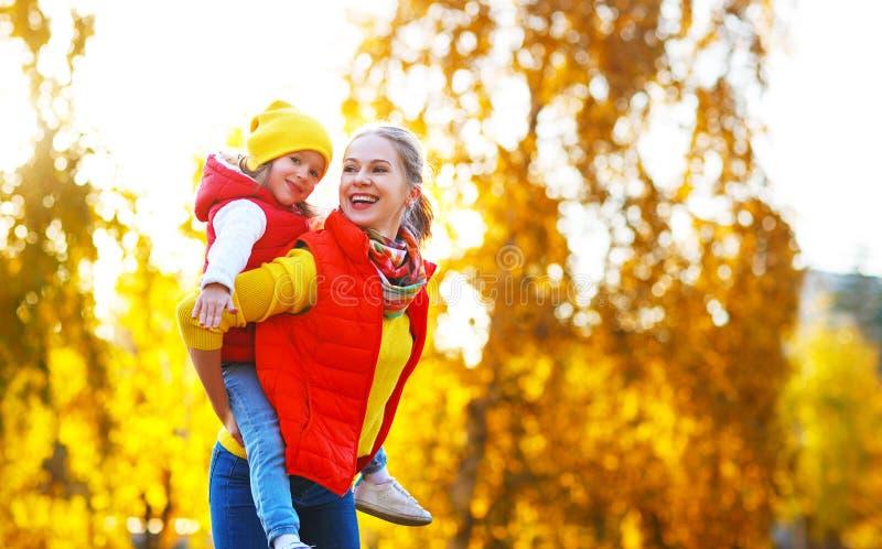 Gelukkige familiemoeder en kinddochter op de herfstgang royalty-vrije stock fotografie