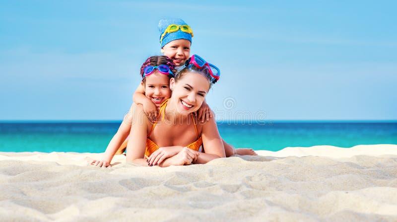 Gelukkige familiemoeder en kinderen in maskers op strand in de zomer royalty-vrije stock foto's