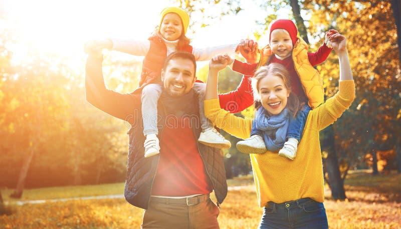 Gelukkige familiemoeder, vader en kinderen op een de herfstgang stock foto's