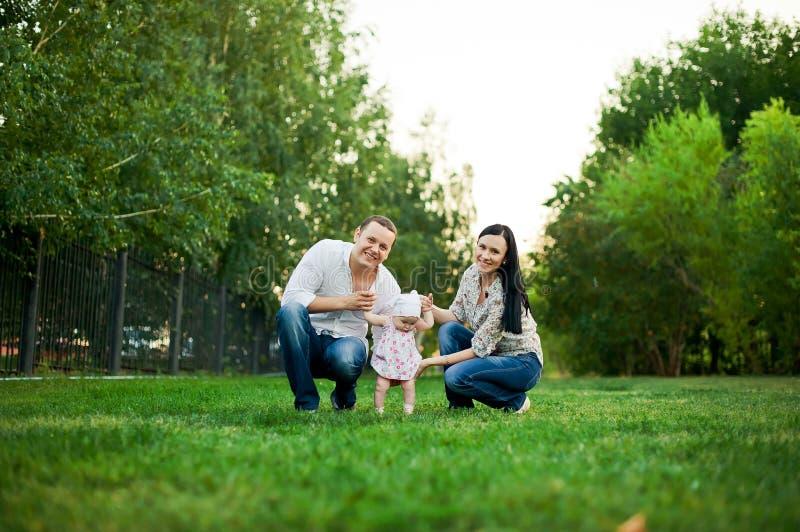 Gelukkige familiemoeder, vader, kinddochter stock foto's
