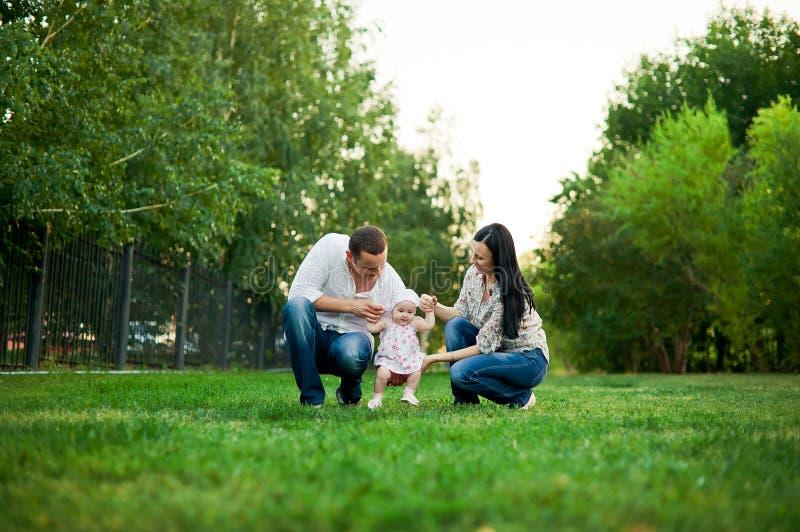 Gelukkige familiemoeder, vader, kinddochter royalty-vrije stock afbeeldingen