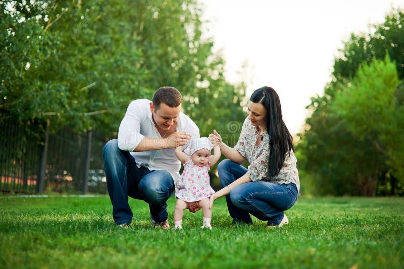 Gelukkige familiemoeder, vader, kinddochter stock fotografie