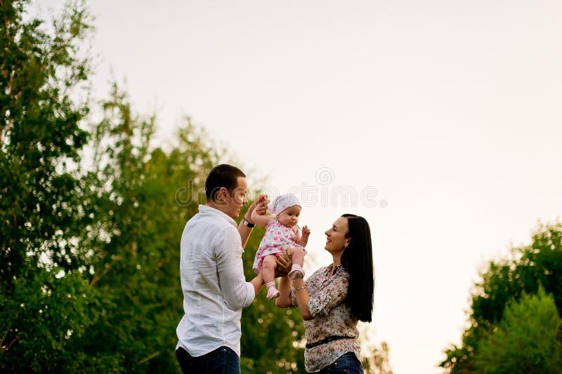 Gelukkige familiemoeder, vader, kinddochter stock afbeeldingen