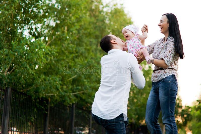 Gelukkige familiemoeder, vader, kinddochter royalty-vrije stock foto