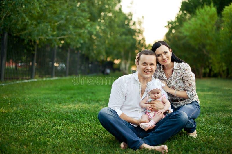Gelukkige familiemoeder, vader, kinddochter royalty-vrije stock fotografie