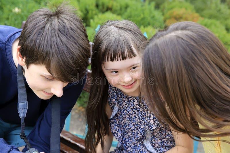 Gelukkige familieogenblikken in het park stock afbeelding