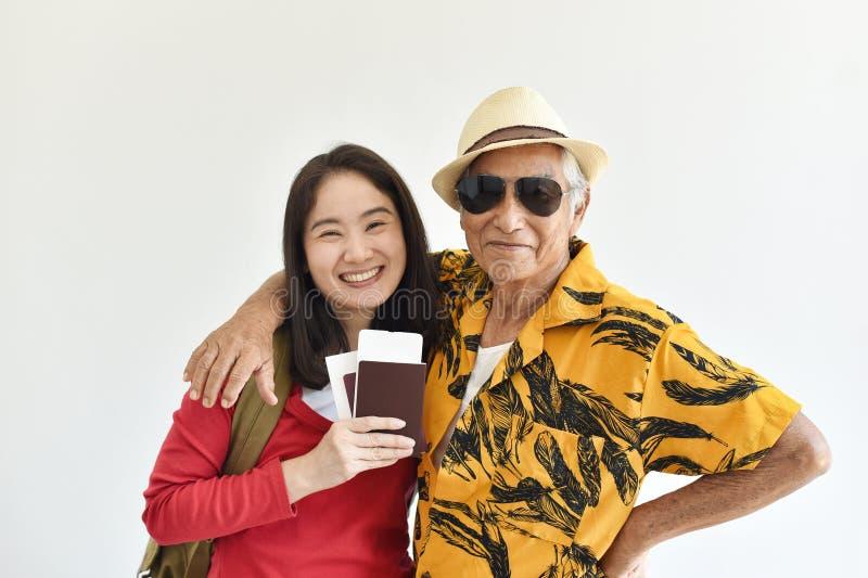 Gelukkige familiereis, Aziatische hogere vader en dochter het opwekken om vakantiereis te hebben stock fotografie