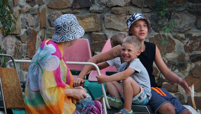 Gelukkige families met drie jongens in binnenplaats royalty-vrije stock fotografie