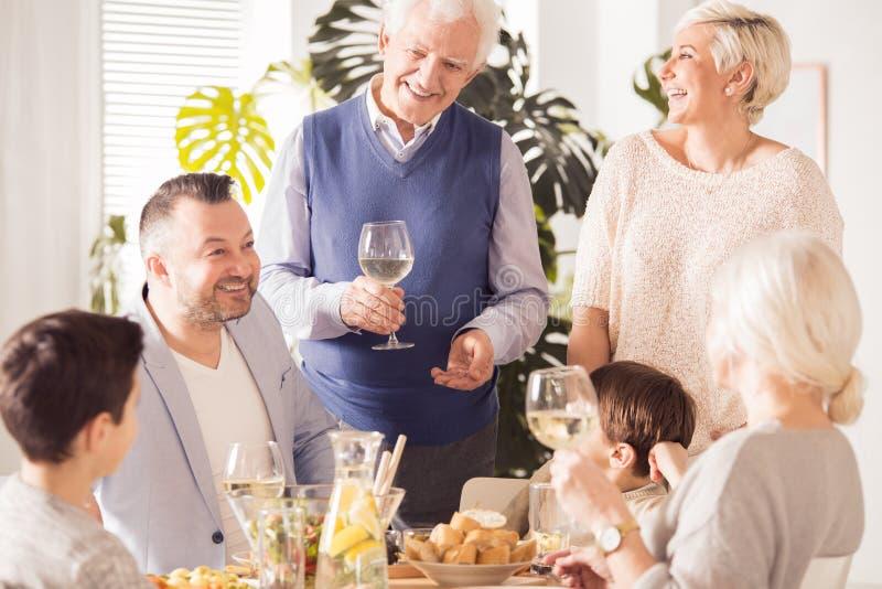 Gelukkige familievergadering royalty-vrije stock afbeelding