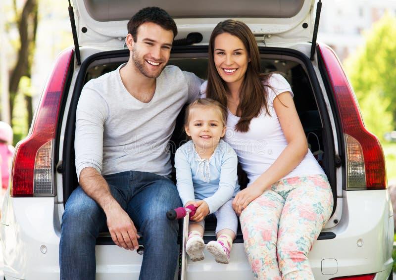Gelukkige Familiezitting in Auto stock afbeelding