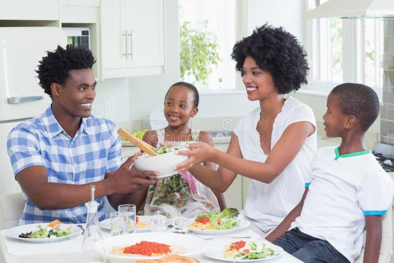 Gelukkige familiezitting neer aan diner samen royalty-vrije stock afbeelding