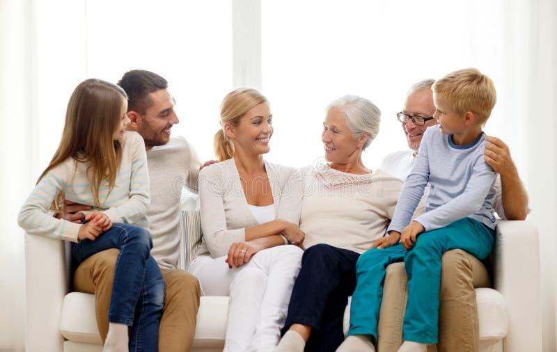 Gelukkige familiezitting op laag thuis royalty-vrije stock afbeeldingen