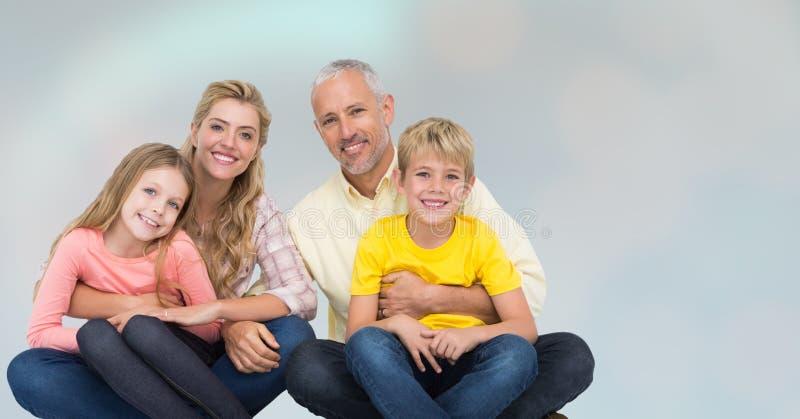 Gelukkige familiezitting over onduidelijk beeldachtergrond stock afbeeldingen