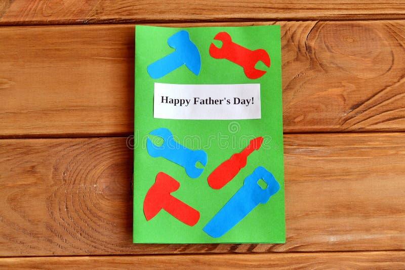 Gelukkige father& x27; s dag Groetkaart met document hulpmiddelen Jonge geitjesdocument diy idee Father& x27; s het idee van de d stock afbeelding