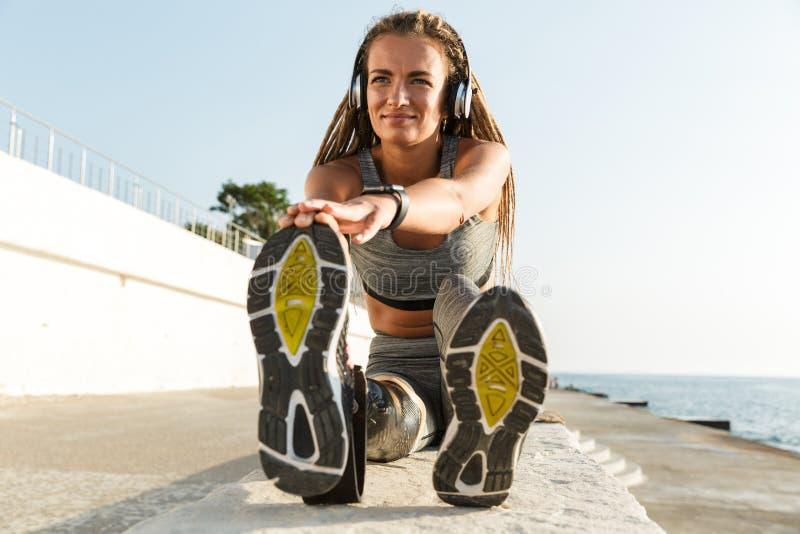 Gelukkige gehandicapte atletenvrouw met prothetisch been royalty-vrije stock afbeeldingen