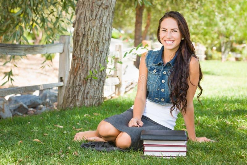 Gelukkige Gemengde Ras Jonge Vrouwelijke Student With Books en Computer stock foto's