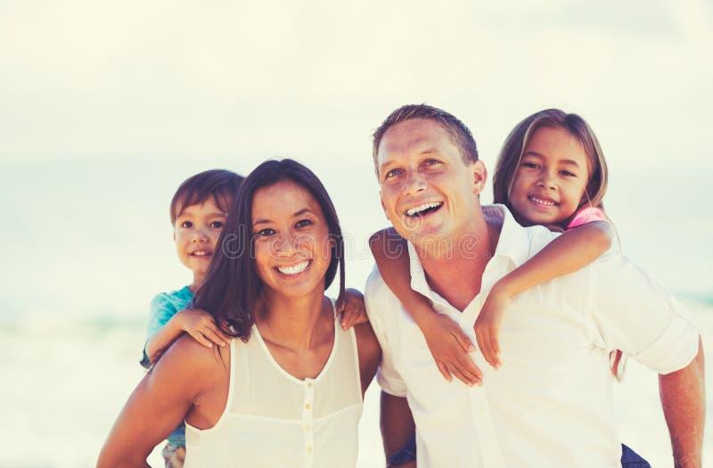 Gelukkige Gemengde Rasfamilie die Pret hebben in openlucht stock afbeelding