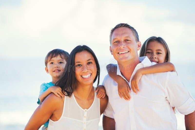 Gelukkige Gemengde Rasfamilie die Pret hebben in openlucht royalty-vrije stock foto