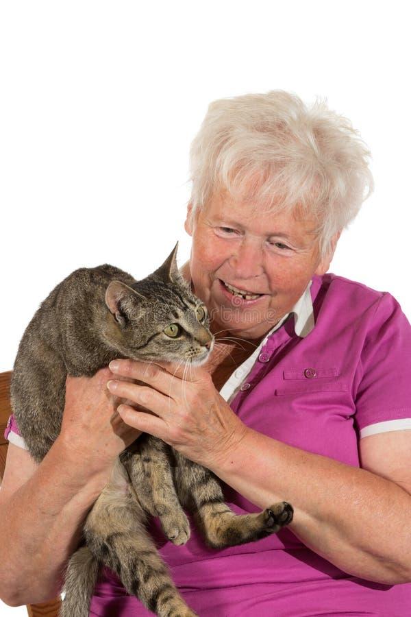 Gelukkige gepensioneerde met haar kat stock fotografie