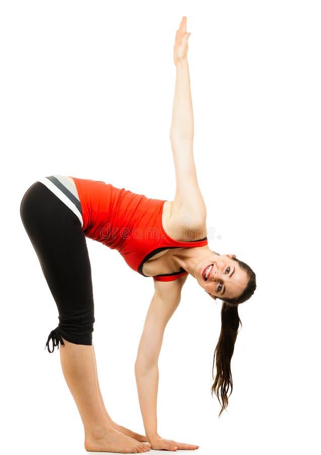 Gelukkige geschikte vrouw die een yogarek doet royalty-vrije stock afbeeldingen