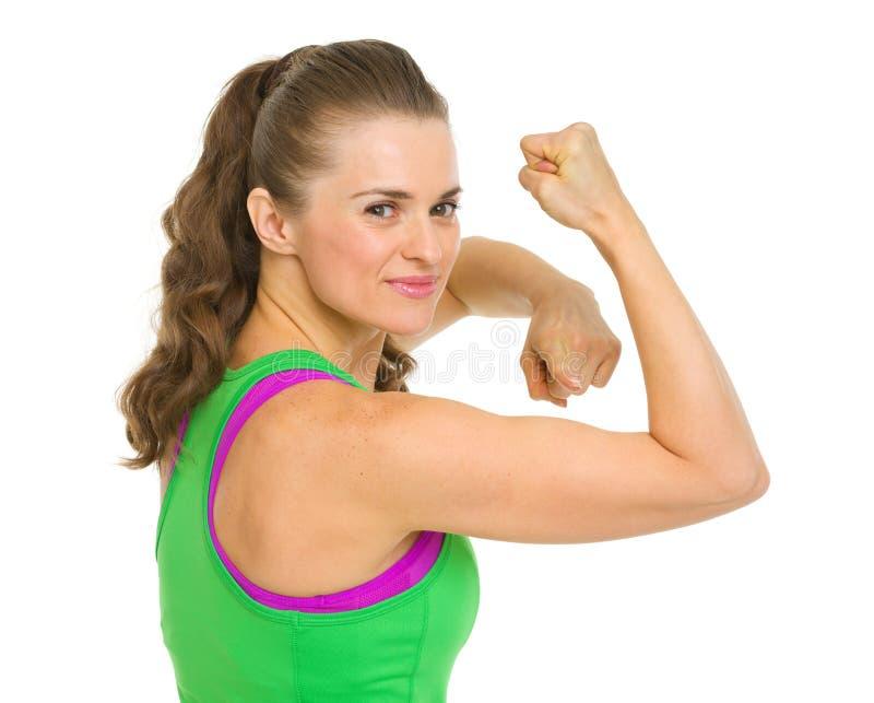 Gelukkige geschiktheids jonge vrouw die op bicepsen richten royalty-vrije stock foto