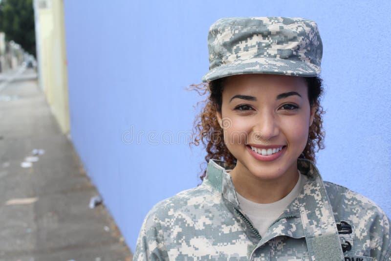 Gelukkige gezonde etnische leger vrouwelijke militair stock foto