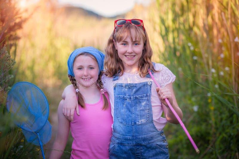 Gelukkige gezonde openlucht de zomerjonge geitjes of kinderen stock afbeeldingen