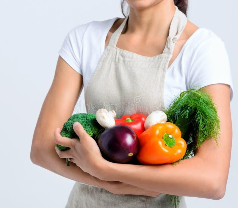 Gelukkige gezonde vrouw met groenten stock fotografie