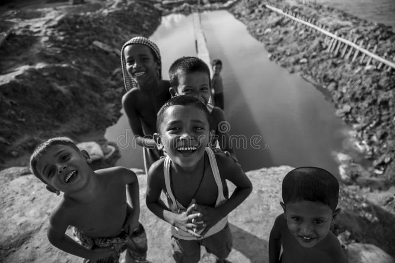 Gelukkige glimlach in dorps kleine jongens stock afbeelding