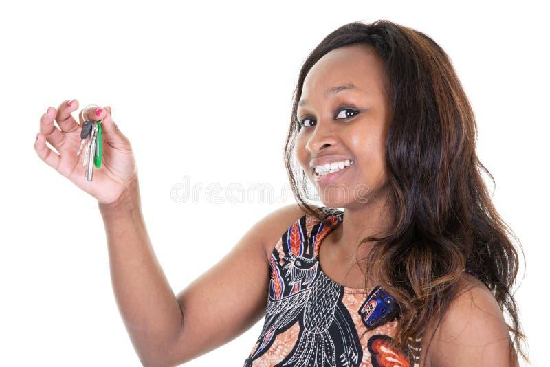 Gelukkige glimlachende Afrikaanse vrouwenmakelaar in onroerend goed Holding House Keys stock afbeelding