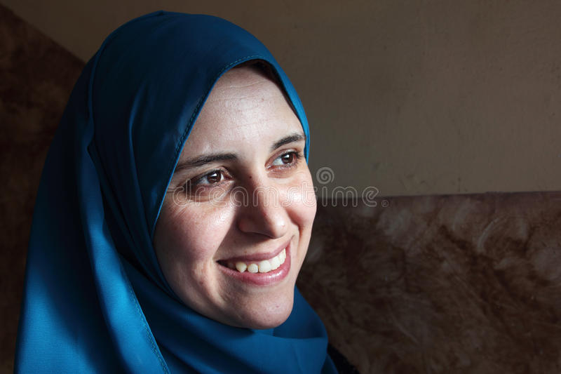 Gelukkige glimlachende Arabische Egyptische moslimvrouw stock afbeeldingen