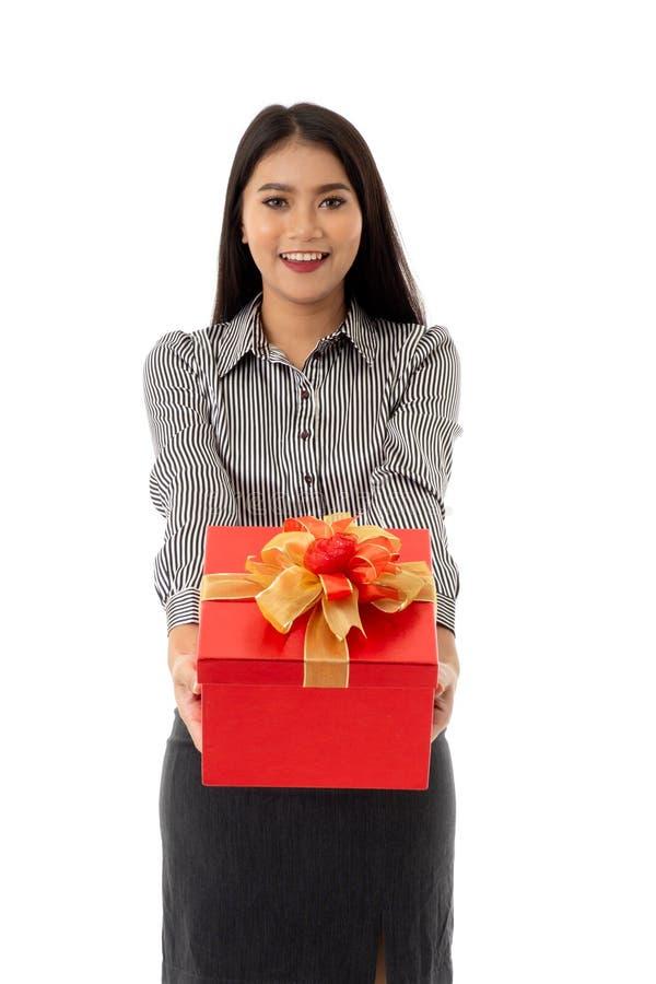 Gelukkige glimlachende Aziatische jonge dame die mooie rode huidige doos houden royalty-vrije stock foto's