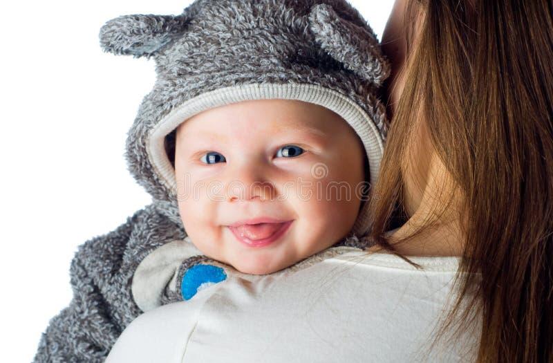 Gelukkige glimlachende baby op moedersschouders stock afbeelding