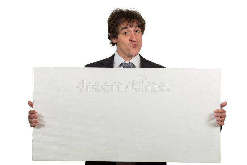 Gelukkige glimlachende bedrijfsmens die leeg die uithangbord tonen, over witte achtergrond wordt geïsoleerd royalty-vrije stock foto
