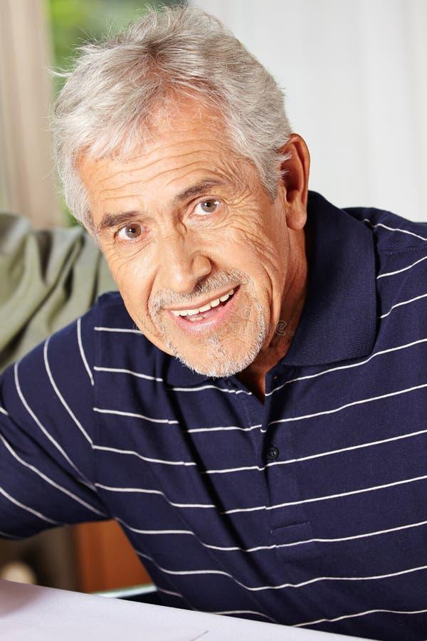 Gelukkige glimlachende bejaarde royalty-vrije stock foto