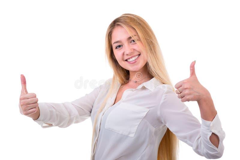 Gelukkige glimlachende die vrouw met duimen op gebaar, over witte achtergrond wordt geïsoleerd royalty-vrije stock afbeelding