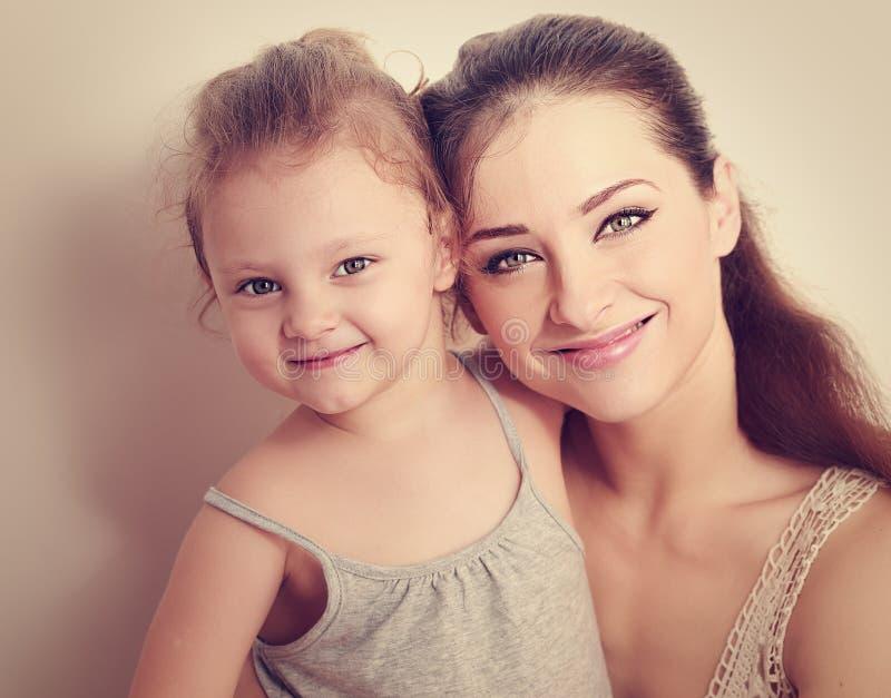 Gelukkige glimlachende familie Moeder en dochter Instagrameffect portret royalty-vrije stock foto