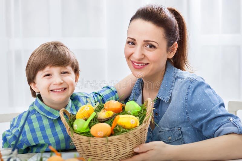 Gelukkige glimlachende familie in Pasen-tijd stock afbeelding
