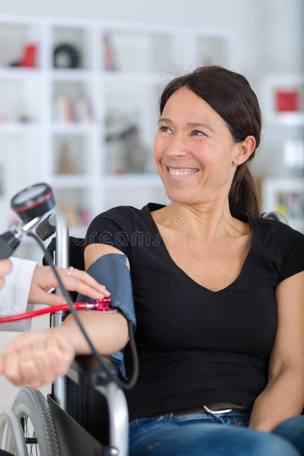 Gelukkige glimlachende gehandicapte vrouw tijdens medisch overleg stock afbeelding