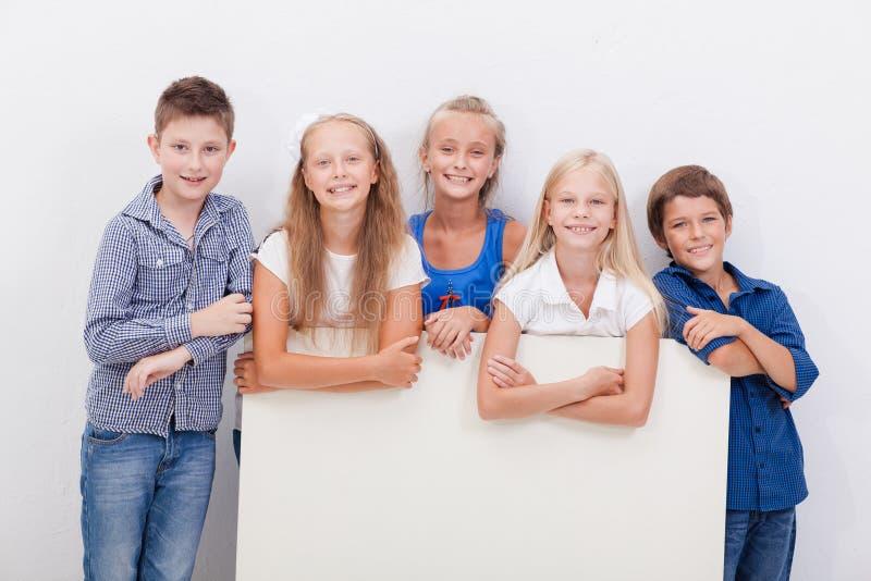 Gelukkige glimlachende groep jonge geitjes, jongens en meisjes royalty-vrije stock foto's