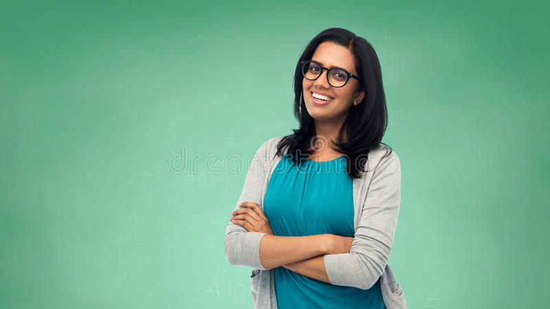 Gelukkige glimlachende jonge Indische vrouw in glazen stock fotografie
