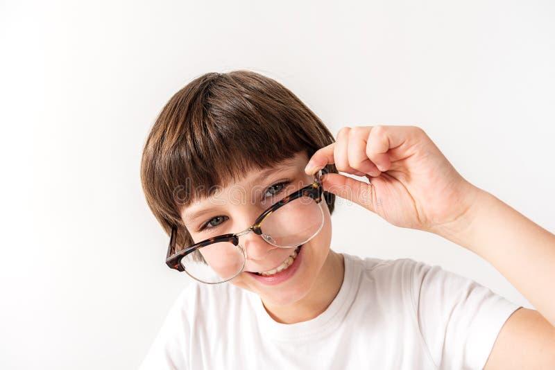 Gelukkige glimlachende jonge mannelijke persoon die glazen houden stock fotografie