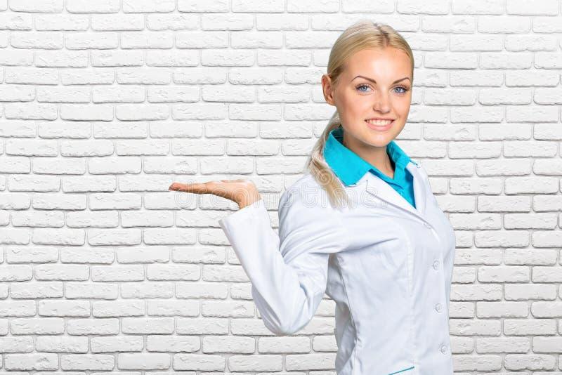 Gelukkige glimlachende jonge mooie vrouwelijke arts stock afbeeldingen