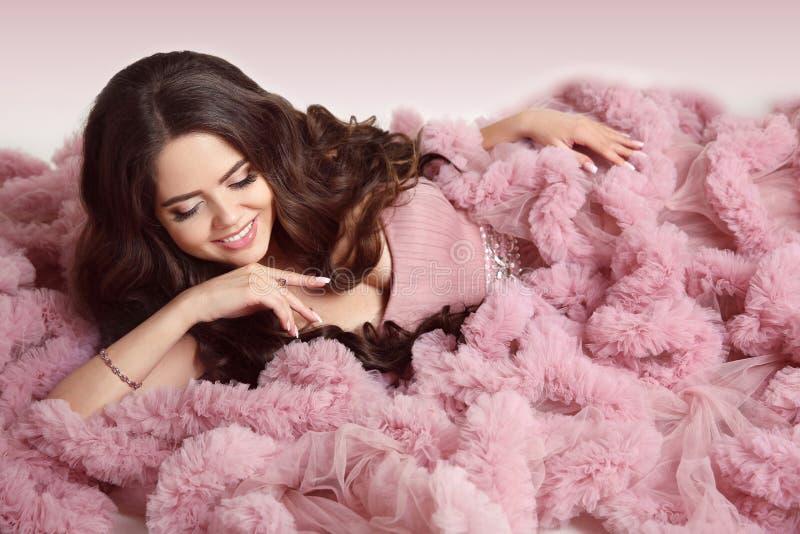 Gelukkige glimlachende jonge vrouw in roze kleding Tegenhangerjuwelen schoonheid royalty-vrije stock afbeeldingen